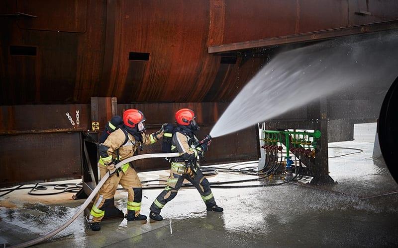 Die Einsatzkräfte der Feuerwehr löschen Brände.