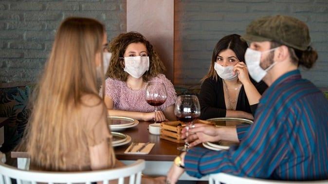 Aufgrund der Coronakrise dürfen Restaurants nur noch mit Maske betreten werden.