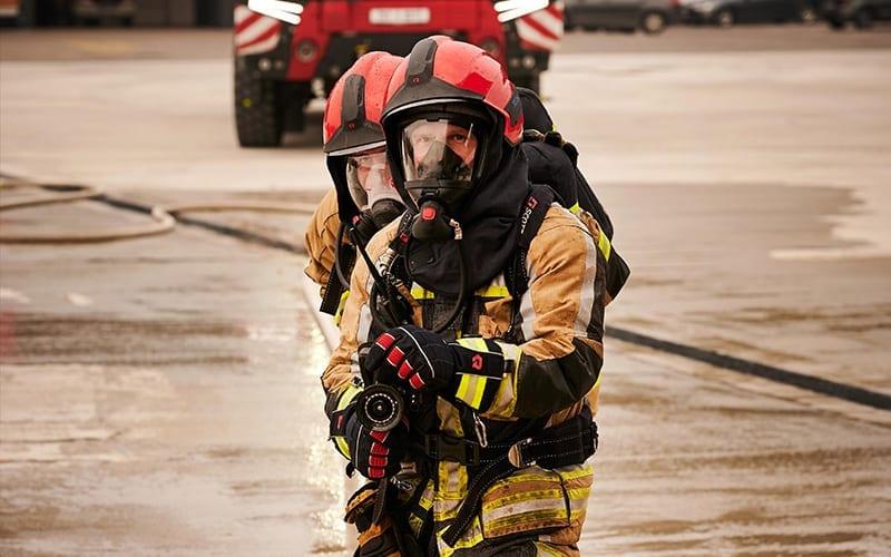 Einsatzkräfte der Feuerwehr sind nicht nur Flammen und Rauch ausgesetzt.