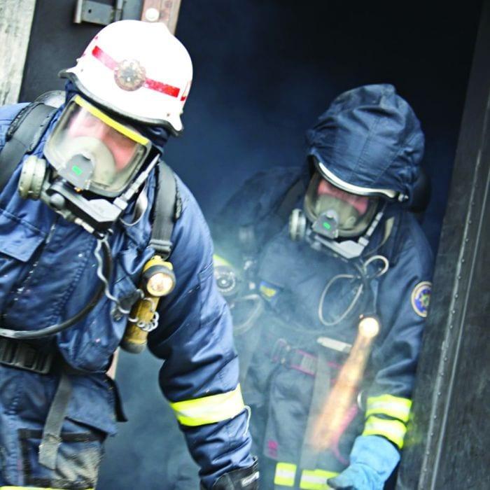 De forurenede brandmands dragter vaskes i barriere vaskemaskiner så forureningen ikke videregives